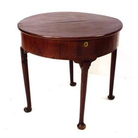 Mesa de medio punto de caoba. Reina Ana. Inglaterra 1702-1714