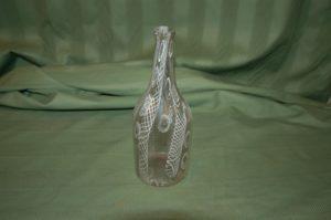 Botella de Cristal Catalán con dibujo de retícula y abstracto en color blanco. S. XVIII