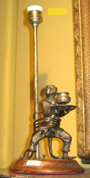 Pie de Lámpara de Plata con figura de mono con candelabro en las manos. S. XIX