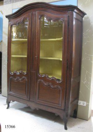 Vitrina Francesa de nogal con dos puertas de cristal y parte superior curvada. Provenza, S. XVII