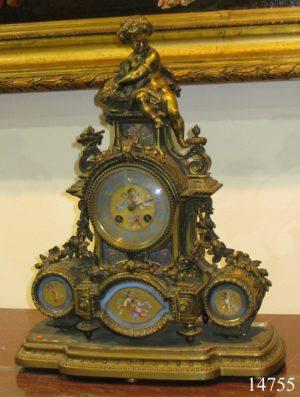 Reloj Francés de bronce, con figura de niño con cesta y porcelana de Sèvres. S. XVIII