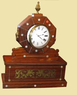 Reloj de sobremesa Inglés de palisandro con incrustaciones de nácar y latón. Regency C. 1800
