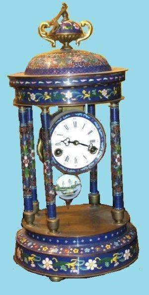 Reloj cloisonné con cuatro columnas, colores azules y rosas. Maquinaria París. S. XIX