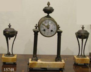 Guarnición de Reloj y dos Copas de bronce con base de mármol. Francia, S. XIX