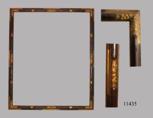 Marco de talla dorado y policromado. El dorado gofrado y cartelas policromadas en burdeos. Italia, S. XVIII