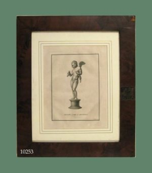 Grabado: Ángel sobre pedestal, uvas y animal en las manos. Con Marco de caoba