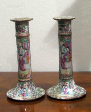 Pareja Candeleros de cerámica Cantón. China. S. XVIII.