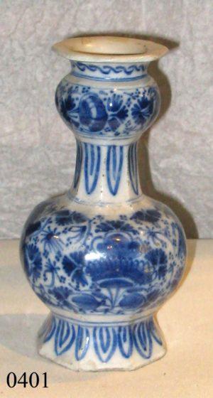 Jarra de porcelana Delft blanca y azul, Restaurada. Holanda, S. XVIII