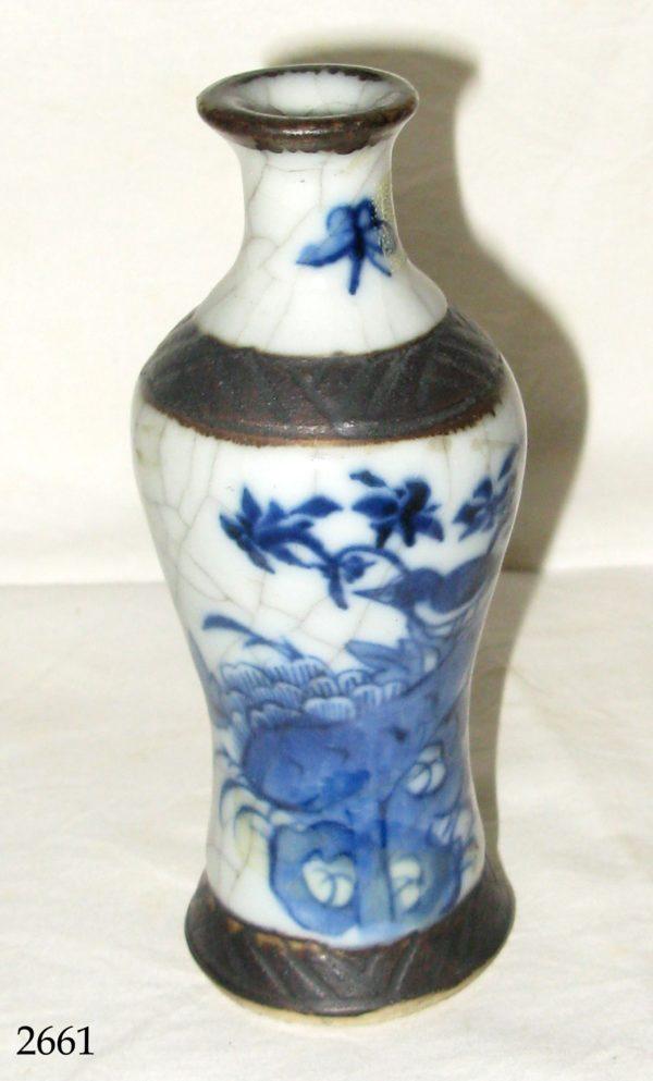Jarrón porcelana blanca y azul con base de madera S. XVIII