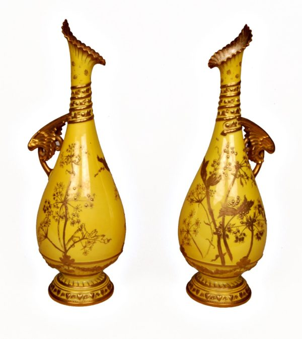 Pareja de Jarras con asa de porcelana, Royal Crown. Amarillos y oro, con motivos Japoneses