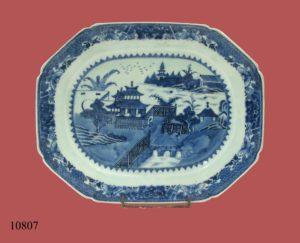 Bandeja octogonal de cerámica China blanca y azul, con paisaje fluvial y pagodas