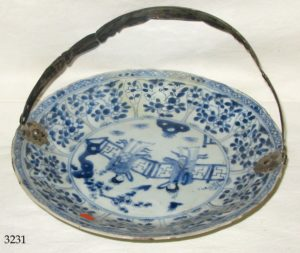 Plato porcelana (deteriorado), con asa de plata holandesa. S. XVIII