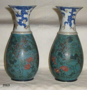 Pareja de Jarrones. Uno restaurado. China, S. XVIII