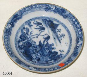 Plato de cerámica China blanca y azul con casa y paisaje con árboles. S. XVIII