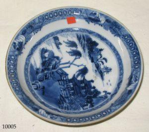 Plato de cerámica China blanca y azul, con casa y paisaje con árboles. S. XVIII