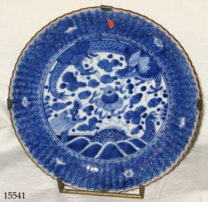 Plato cerámica China blanca y azul, con figuras de dragones en el centro. S. XVIII