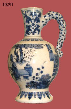 Jarrón de cerámica China blanco y azul, con personajes y asa trenzada. Cantón. S. XVIII