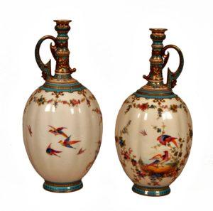 Pareja Jarras con asa de porcelana Royal Crown Derby. Fondo blanco con pájaros y flores.