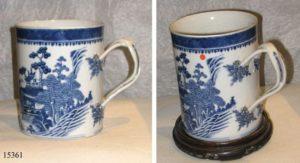 Jarra de cerámica con asa doble cruzada, blanca y azul. China, S. XVIII