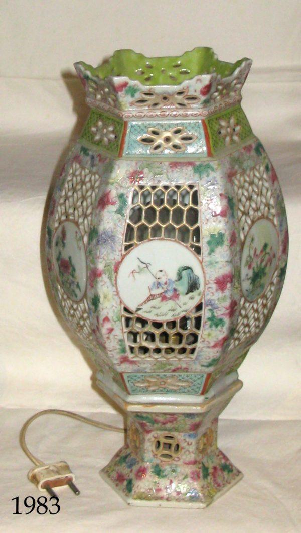 Lámpara de cerámica Pekín con tulipa calada. Dos piezas. S. XIX