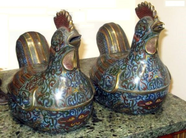 Pareja Gallinas de Cloisonné azules divididas en dos partes, para servir comida. S. XVIII