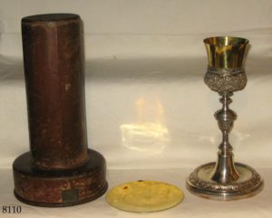 Cáliz de plata dorada con copa lisa y subcopa cincelada, con estuche de piel. 1806