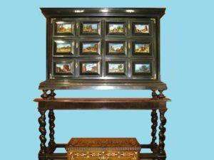 Arquilla de jacarandá Luis XIII, seis cajones con cristales pintados y pies Salomónicos. S. XVII