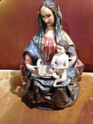 Talla policromada: La Virgen con el Niño, sentada con un libro sobre las rodillas. S. XIX