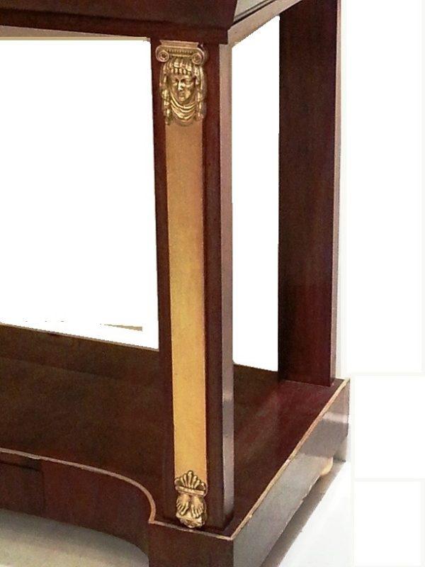 Consola Imperio de caoba, con cariátides de bronce dorados con oro fino. C.1820
