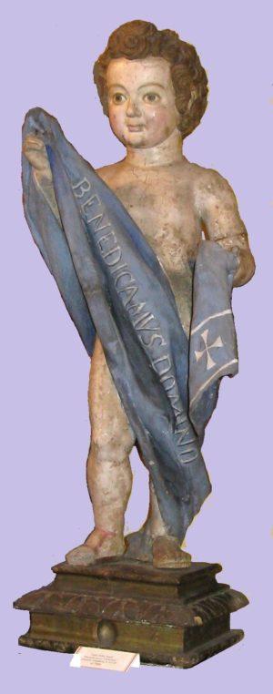 "Talla del Niño Jesús con banda azul ""Benedicamus Domino"". Base rectangular. S. XVIII."