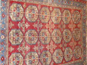 Alfombra Bukhara Rusa Antigua. Medidas: 135 x 102 cm.