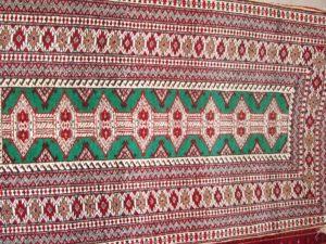 Alfombra Turkeman Antigua. Medidas: 114 x 65 cm.